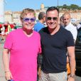 Elton John à Saint-Tropez avec son époux David Furnish après son operation de l'appendicite le 12 août 2013