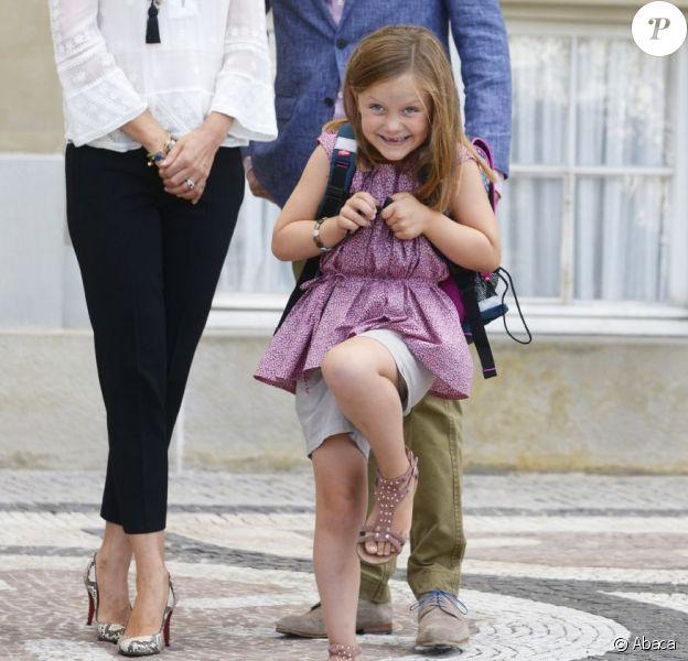 La princesse Mary et le prince Frederik accompagnaient leur fille la princesse Isabella de Danemark, 6 ans, tout excitée, le 13 août 2013 pour sa rentrée des classes à l'école Tranegård de Hellerup, une ville de la municipalité de Gentofte (nord de Copenhague).