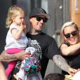 Pink va faire du vélo avec sa fille Willow et son mari Carey Hart, à Los Angeles, le 9 juin 2013.