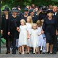 Le cortège funèbre aux obsèques du prince Friso d'Orange-Nassau, célébrées le 16 août 2013 à Lage Vuursche, quatre jours après sa mort survenue à l'âge de 44 ans et au terme d'un an et demi de coma. En tête, la veuve, la princesse Mabel, avec ses filles les comtesses Luana et Zaria, la princesse Beatrix, le roi Willem-Alexander et la reine Maxima des Pays-Bas avec leurs trois filles, le prince Constantijn et la princesse Laurentien ou encore le roi Harald V de Norvège.