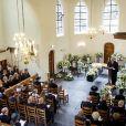 Le révérend C.A. ter Linden, qui avait célébré en 2004 à Delft le mariage du prince Friso d'Orange-Nassau et de la princesse Mabel, conduisait le service funéraire lors des obsèques du fils de la princesse Beatrix des Pays-Bas, le 16 août 2013 en l'église Stulp de Lage Vuursche. Au premier rang, Willem-Alexander et Maxima avec leurs filles, Beatrix, et Mabel avec les comtesses Luana et Zaria.