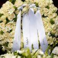 Des fleurs blanches, dont cette couronne déposée par sa mère Beatrix, sa veuve Mabel et ses filles Luana et Zaria, ont accompagné le prince Friso d'Orange-Nassau, mort à 44 ans, vers le repos éternel, lors de ses obsèques célébrées à Lage Vuursche aux Pays-Bas le 16 août 2013.