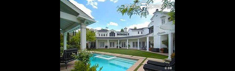 Jennie Garth et Peter Facinelli vendent leur maison de Los Angeles pour la somme de 3,99 millions de dollars.