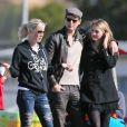 Jennie Garth et Peter Facinelli assistent au match de football de leurs filles Fiona et Lola à Los Angeles, avec leur fille aînée Luca Bella. Le 10 novembre 2012.