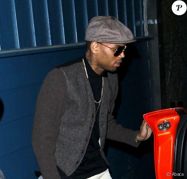 Chris Brown quitte la boîte de nuit Hooray Henry's à West Hollywood. Le 15 août 2013.