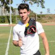 Nick Jonas du groupe Jonas Brothers sur un terrain de foot de Los Angeles à l'occasion d'un match caritatif au profit de l'association Jonas Brothers Change for the Children Foundation, le 17 août 2013.