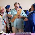 Gérard Depardieu fait citoyen d'honneur d'Estaimpuis par le maire du village Daniel Senesael le 24 août 2013.