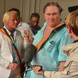 Gérard Depardieu fait citoyen d'honneur d'Estaimpuis par le maire du village le 24 août 2013.