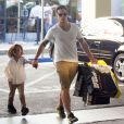 Casper Smart emmène Max et Emme, les enfants de Jennifer Lopez, faire du shopping au centre commercial à Century City, le 28 août 2013.