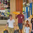 Casper Smart a fait du shopping avec Max et Emme, les enfants de Jennifer Lopez, au centre commercial à Century City, le 28 août 2013. Il a acheté des chaussures et des cookies pour les enfants.