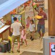 Casper Smart a fait du shopping avec les jumeaux Max et Emme, les enfants de Jennifer Lopez, au centre commercial à Century City, le 28 août 2013. Il a acheté des chaussures et des cookies pour les enfants.