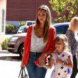 Jessica Alba se rend dans les bureaux de son entreprise, Honest, avec sa fille Honor et ses parents. Los Angeles, le 28 août 2013.