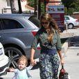 Jessica Alba va déjeuner au restaurant Le Pain Quotidien avec ses deux filles, Honor et Haven. Los Angeles, le 25 août 2013.