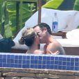 Exclusif - Jennifer Aniston et son fiancé Justin Theroux s'embrassent passionnément dans une piscine en vacances à Mexico, le 20 août 2013.