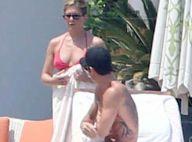 Jennifer Aniston cache son ventre et offre des baisers fougueux à son chéri