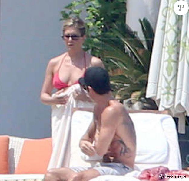 Exclusif - Jennifer Aniston cache son ventre en vacances avec son fiancé Justin Theroux à Mexico, le 20 août 2013.