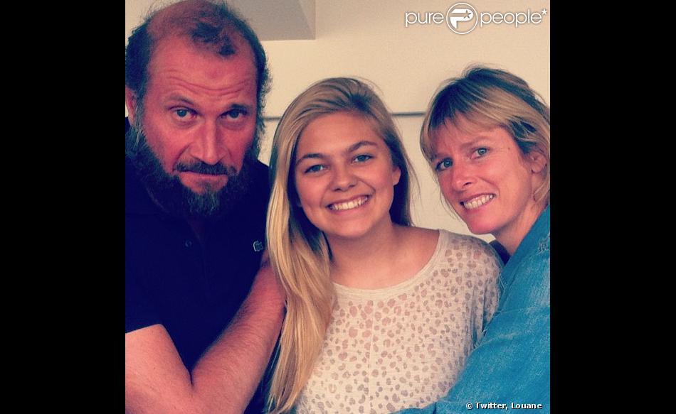 François Damiens et Karin Viard prennent la pose avec Louane qui jouera à leur côté dans le prochain fil d'Eric Lartigau.
