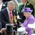 Le prince Andrew d'York avec sa mère la reine Elizabeth II lors du Royal Ascot le 20 juin 2013