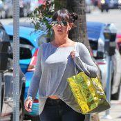 Jennifer Love Hewitt, enceinte, expose un joli ventre, protégée par son Brian