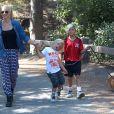 Kingston et Zuma promènent leur chien avec leur nounou à Beverly Hills, le 7 septembre 2013.