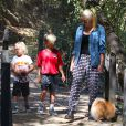 Les enfants de Gwen Stefani, Kingston et Zuma promènent leur chien avec leur nounou à Beverly Hills, le 7 septembre 2013.