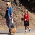 Les fils Gwen Stefani, Kingston et Zuma promènent leur chien avec leur nounou à Beverly Hills, le 7 septembre 2013.