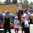 Les fils de Gwen Stefani, Kingston et Zuma avec leur père Gavin Rossdale et leur tante Soraya, à Los Angeles, le 8 septembre 2013.
