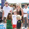 Gavin Rossdale (avec sa soeur Soraya) et ses fils Kingston et Zuma à Los Angeles, le 8 septembre 2013.