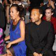 Chrissy Teigen, très expressive au côté de son fiancé John Legend lors du défilé Vera Wang printemps-été 2014 au Lincoln Center. New York, le 10 septembre 2013.