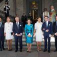 Le roi Carl XVI Gustaf de Suède et la reine Silvia entourés de leurs enfants le prince Carl Philip, la princesse Madeleine (enceinte et avec son mari Chris O'Neill, à droite) et la princesse Victoria avec le prince Daniel au palais royal à Stockholm le 15 septembre 2013 pour le Te Deum du jubilé des 40 ans de règne du souverain suédois.