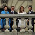 Au balcon du palais royal à Stockholm, le roi Carl XVI Gustaf de Suède a porté un toast à la santé de son règne et de ses compatriotes le 15 septembre 2013 lors du jubilé du 40e anniversaire de son accession au trône.