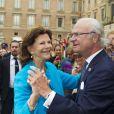 Le roi Carl XVI Gustaf de Suède, avec la complicité de son épouse la reine Silvia, a transformé la cour intérieure du palais royal en salle de bal à ciel ouvert le 15 septembre 2013 pour le jubilé des 40 ans de règne du souverain suédois.