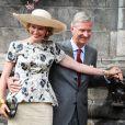 Le roi Philippe et la reine Mathilde de Belgique, complices pour caresser le fameux singe de Mons, effectuaient le 17 septembre 2013 dans le chef-lieu de la province du Hainaut la troisième étape de leur tournée Joyeuses entrées.