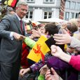 De nets progrès du côté du sens du contact du souverain... Le roi Philippe et la reine Mathilde de Belgique effectuaient le 17 septembre 2013 à Mons, chef-lieu de la province du Hainaut, la troisième étape de leur tournée Joyeuses entrées.