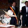 La signature du livre d'or, un passage obligé. Le roi Philippe et la reine Mathilde de Belgique effectuaient le 17 septembre 2013 à Mons, chef-lieu de la province du Hainaut, la troisième étape de leur tournée Joyeuses entrées.