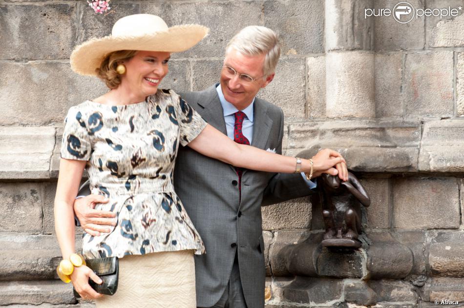 Après le Maca de Wavre, une caresse au Singe de Mons ! Le roi Philippe et la reine Mathilde de Belgique effectuaient le 17 septembre 2013 à Mons, chef-lieu de la province du Hainaut, la troisième étape de leur tournée Joyeuses entrées.