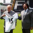 Mohamed Al Fayed et Shahid Khan, nouveau propriétaire de Fulham, sur la pelouse de Craven Cottage à Londres le 13 juillet 2013