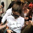 Selena Gomez créant l'émeute devant la boutique Versace à Milan, le 20 septembre 2013.