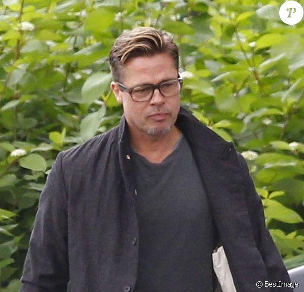 """Exclusif - Brad Pitt avec sa nouvelle coupe de cheveux bien dégagée sur les côtés sur le tournage de son dernier film """"Fury"""" à Londres, le 14 septembre 2013."""