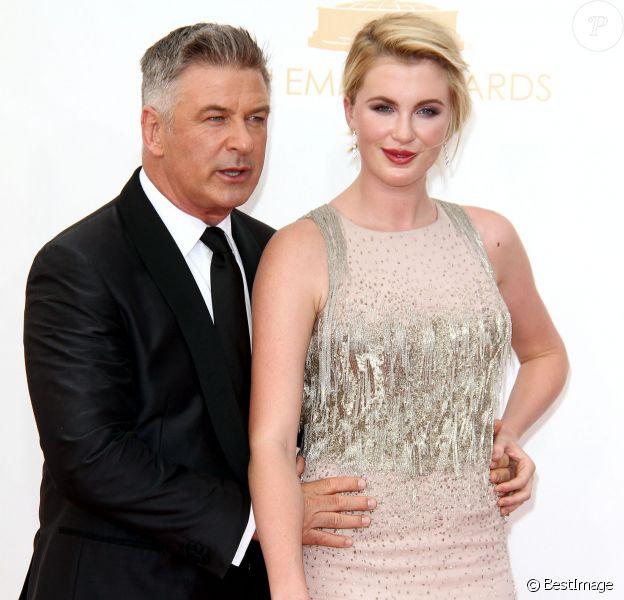 """Alec Baldwin et sa fille Ireland Baldwin sur le tapis rouge de la 65e cérémonie annuelle des """"Emmy Awards"""" à Los Angeles, le 22 septembre 2013."""