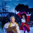 Cauet prend la pose avec le Capitaine Crochet au Parc Disneyland Paris à l'occasion de la fête d'Halloween.