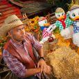 Eric Judor prend la pose avec Riri, Fifi et Loulou au Parc Disneyland Paris à l'occasion de la fête d'Halloween.
