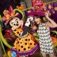 Lio prend la pose avec Minnie au Parc Disneyland Paris à l'occasion de la fête d'Halloween.