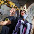 Mathieu Kassovitz prend la pose avec la reine de Blanche-Neige au Parc Disneyland Paris à l'occasion de la fête d'Halloween.