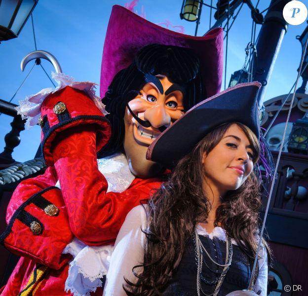 Nolwenn Leroy prend la pose avec le Capitaine Crochet au Parc Disneyland Paris à l'occasion de la fête d'Halloween.