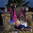 Sandrine Corman prend la pose avec Maléfique au Parc Disneyland Paris à l'occasion de la fête d'Halloween.