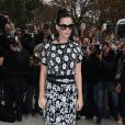 Katy Perry arrive dans un look boyish au défilé Chanel au Grand Palais le 1er octobre 2013 à Paris