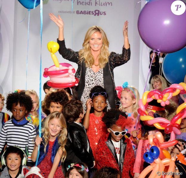"""Heidi Klum, entourée d'enfants mannequins lors du 1er défilé de Truly Scrumptious, sa ligne de vêtements et accessoires pour Babies """"R"""" Us. New York, le 5 octobre 2013."""