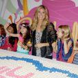 Heidi Klum et ses mannequins fêtent le défilé Truly Scrumptious, comptant pour la Kids Fashion Week. New York, le 5 octobre 2013.