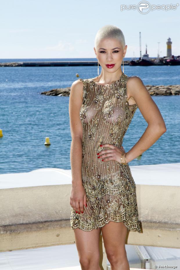 """La sexy chanteuse Dièse de l'émission """"The Voice"""" lors du Mipcom à Cannes le 8 octobre 2013."""